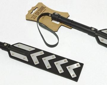 Черная шлепалка с имитирующими металл вставками