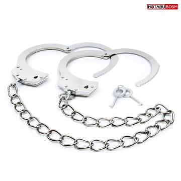Серебристые металлические оковы с цепочкой